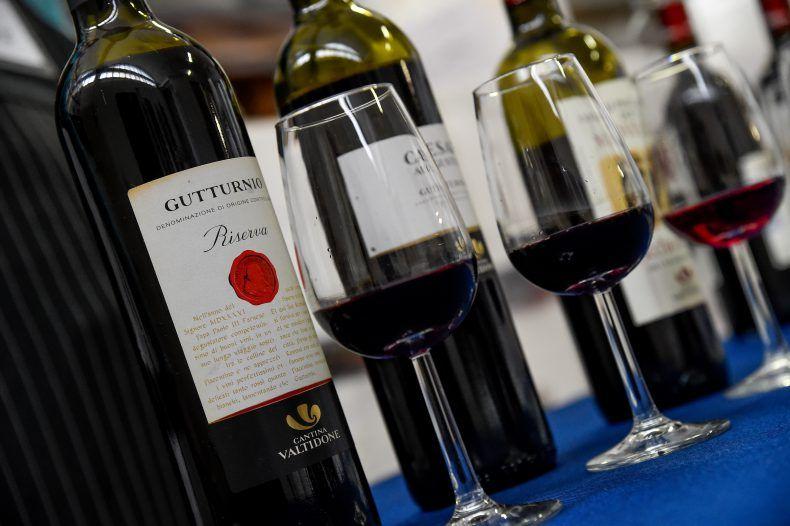 foto ravvicinata vini gutturnio riserva, caesar e altri rossi della cantina