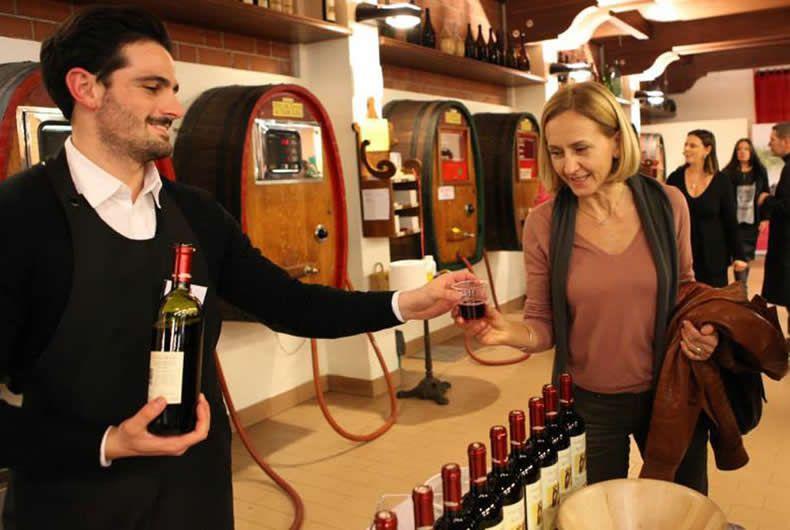 foto assaggio presso la cantina valtidone, una signora sta assaggiando il vino