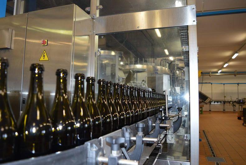 prima fase di imbottigliamento vino