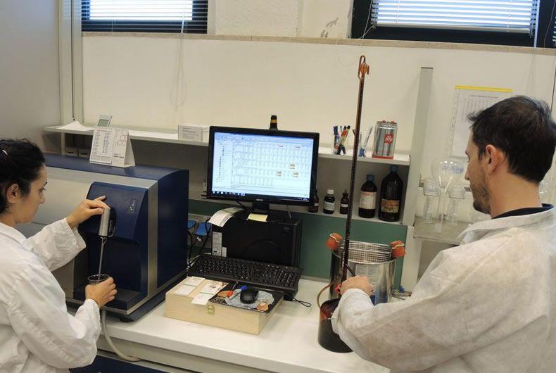 controllo qualità del vino con macchinari e staff qualificato